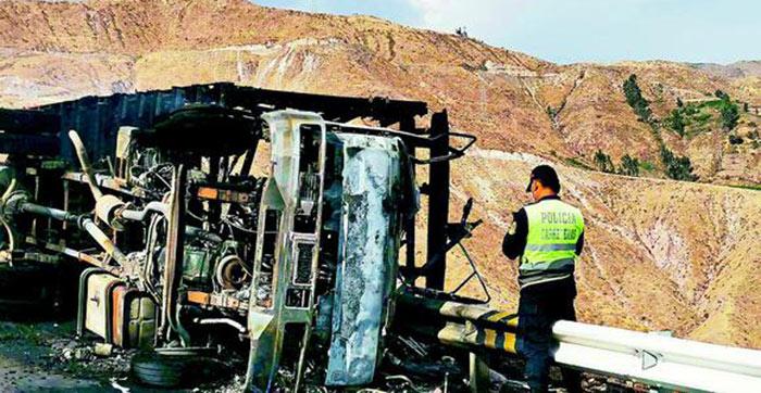 Moquegua: camión con ganado se despista e incendia y mueren dos personas