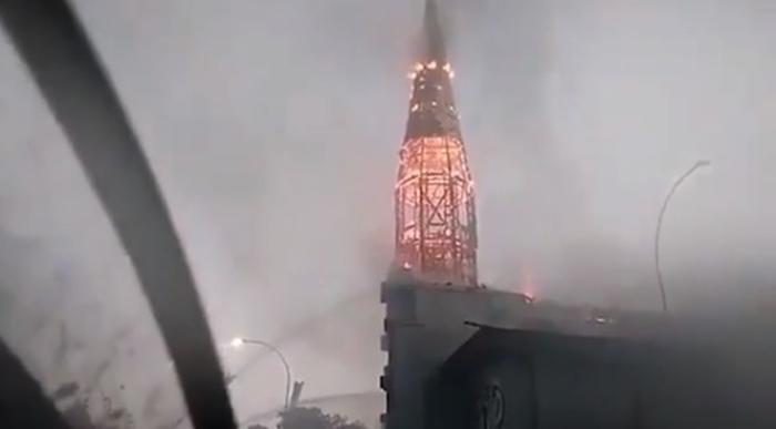 Chile: encapuchados quemaron dos iglesias y se registraron varios saqueos