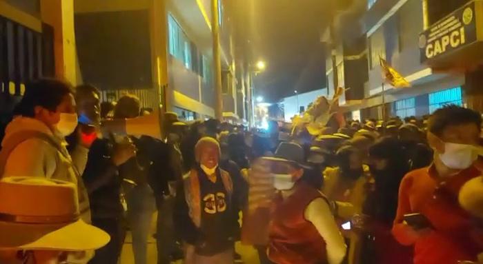 Con vigilia criadores de camélidos protestan en puerta de sede regional exigiendo cumplimiento de su plataforma de demandas