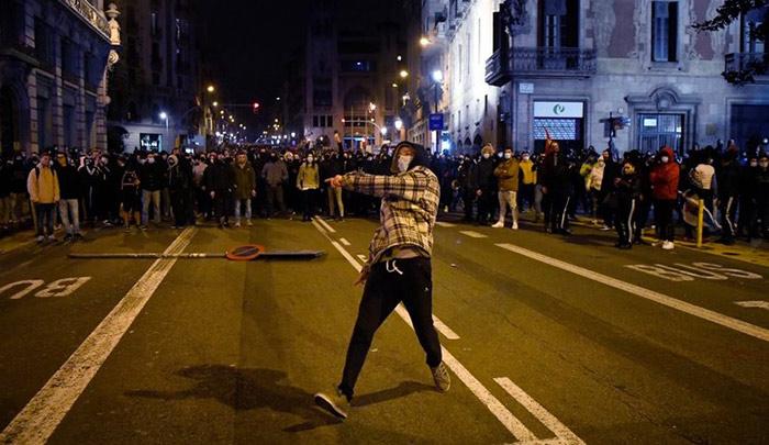 España: sexta noche de violentas protestas en Barcelona contra el arresto del rapero Pablo Hasél